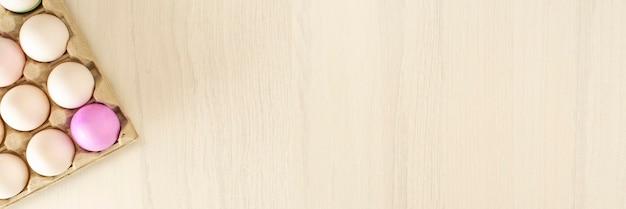木製のスタンドにカラフルなイースターエッグ