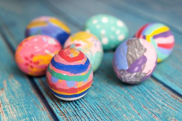 Красочные пасхальные яйца на столе. концепция праздничных пасхальных праздников.