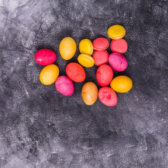 테이블에 마카롱과 다채로운 부활절 달걀
