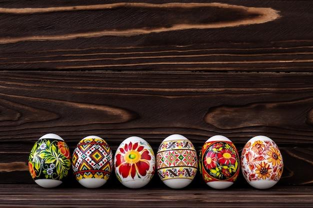 Красочные пасхальные яйца с орнаментом на темном