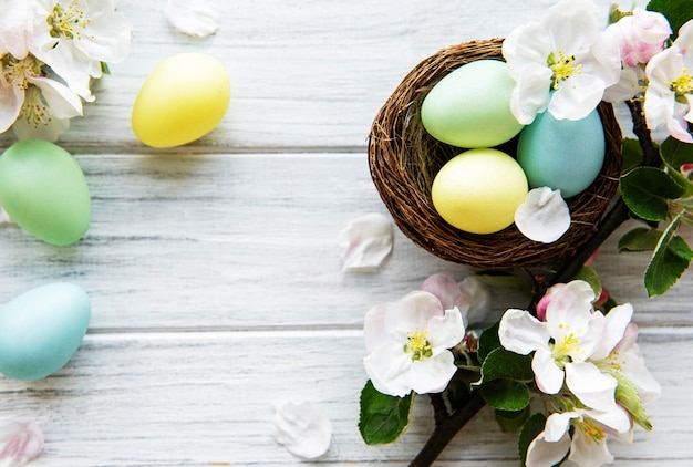 봄 꽃 꽃과 다채로운 부활절 달걀