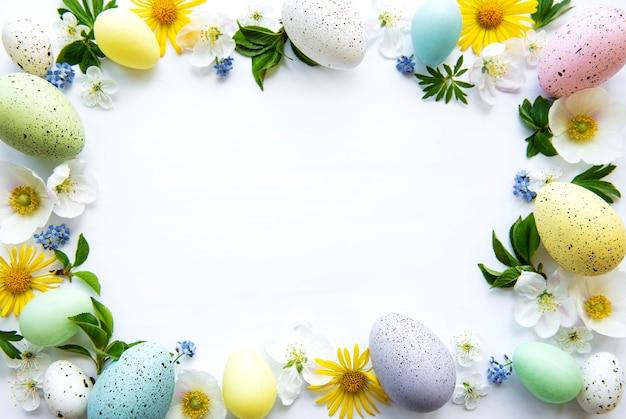 春の花の花とカラフルなイースターエッグ