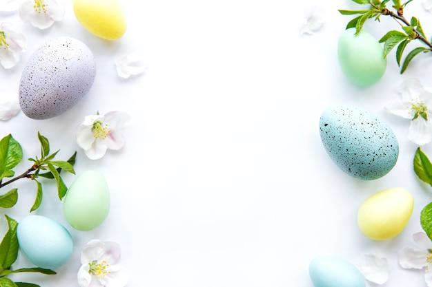 Красочные пасхальные яйца с весенними цветами