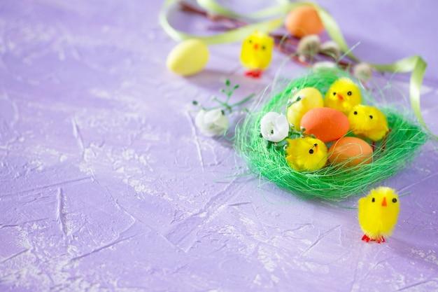 둥지와 병아리에 다채로운 부활절 프레임 계란