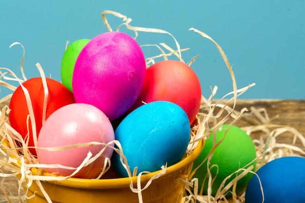 Красочные яйца, символизирующие пасху