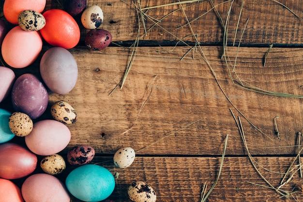 다채로운 계란입니다. 나무 소박한 테이블에 누워 색된 부활절 달걀의 상위 뷰