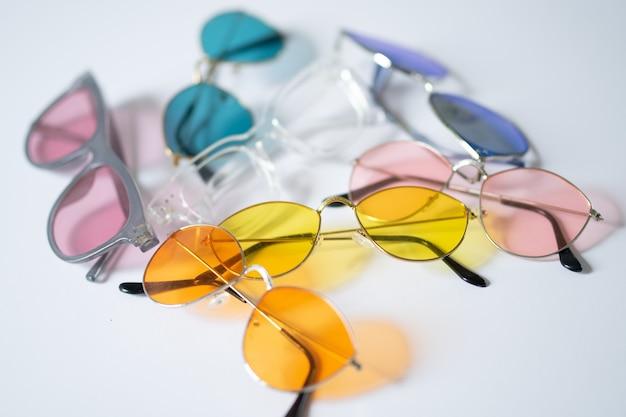 白い背景の上のカラフルな眼鏡