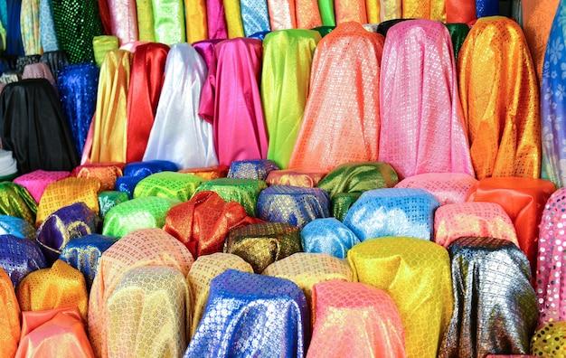 Красочный рулон ткани для продажи на рынке.