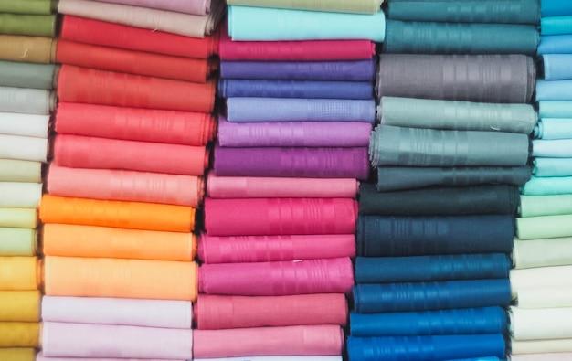 섬유 상점 산업의 다채로운 패브릭 롤. 밝은 색상의 패브릭 롤