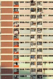 Красочный фасад государственных жилых комплексов в гонконге