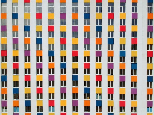 Красочный фасад новостройки. современная архитектура, жилой дом.