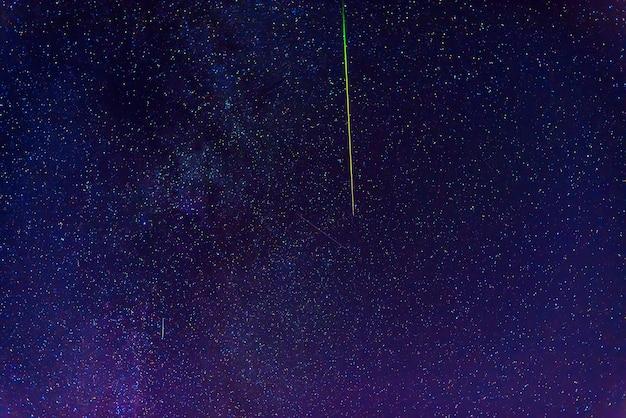 夜に星、星雲、銀河と多くの星座を持つカラフルな幻想的な星空。宇宙と宇宙の科学的な天体写真