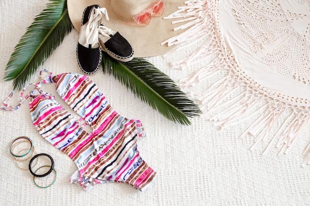Разноцветные модные женские летние купальники на плоской подошве.