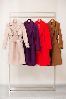 ハンガーにカラフルな女性のコート。