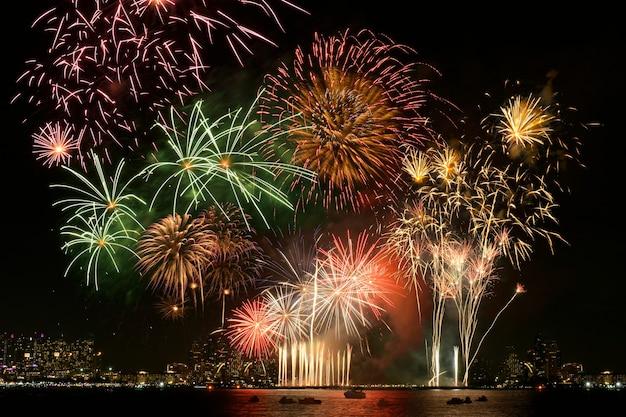 화려한 불꽃놀이와 도시의 야간 조명 배경. 불꽃축제.