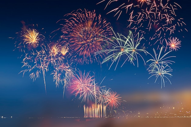 화려한 불꽃놀이와 황혼의 하늘 배경과 부드러운 빛.