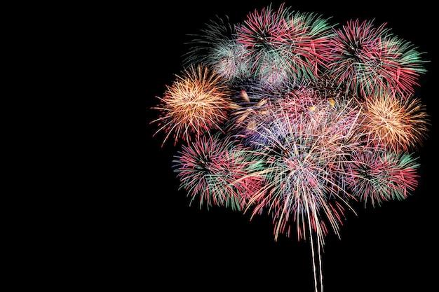 カラフルな花火、新年のコンセプトで花火大会。