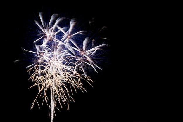 Красочные фейерверки в ночном небе