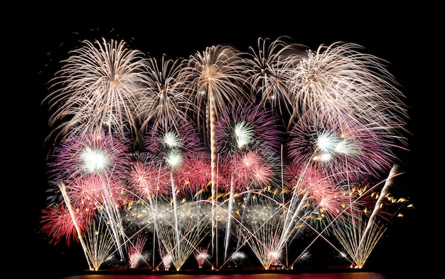 Красочный фейерверк в ночном небе, фестиваль фейерверков в паттайе.