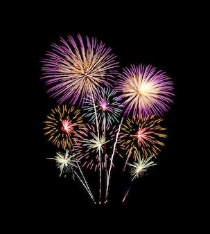 Красочный фейерверк загорается и взрывается на черном небе. новый год и юбилей концепция