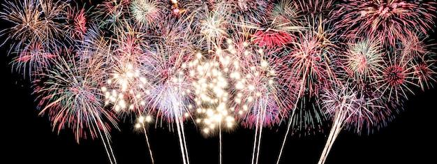 黒にカラフルな花火、新年のコンセプトの花火大会