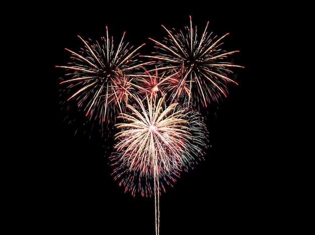 Красочный фейерверк на черном, фестиваль фейерверков в новогодней концепции