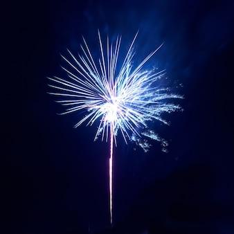 黒い空の背景にカラフルな花火