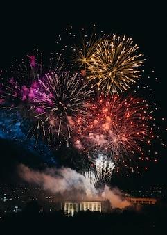 Красочный фейерверк над городом на ночном фестивале
