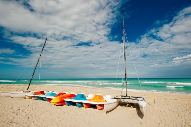 쿠바의 해변에서 해변으로 운반되는 다채로운 낚시 보트