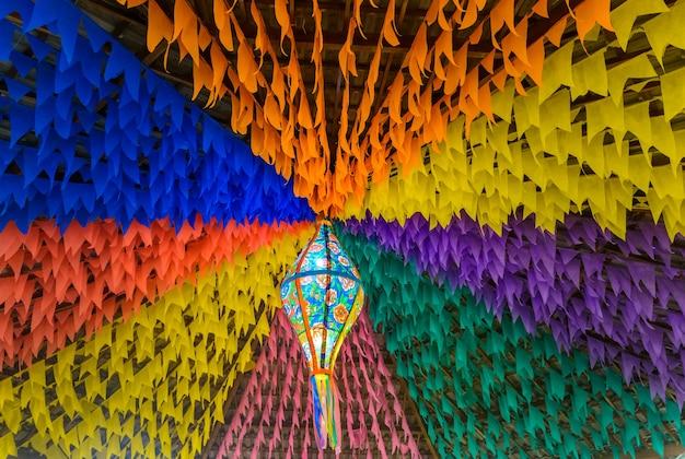 브라질 북동부의 성 요한 파티를 위한 화려한 깃발과 장식용 풍선