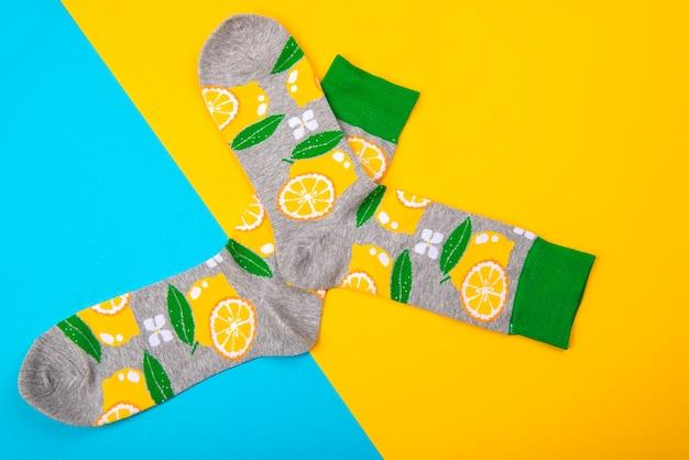 파란색과 노란색 표면에 고립 된 양말 한 켤레와 함께 다채로운 평면 누워
