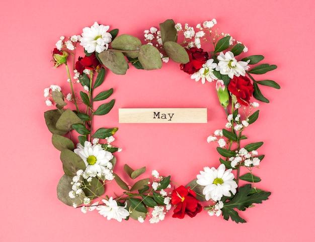 컬러 배경에서 5 월 텍스트와 화려한 꽃 프레임