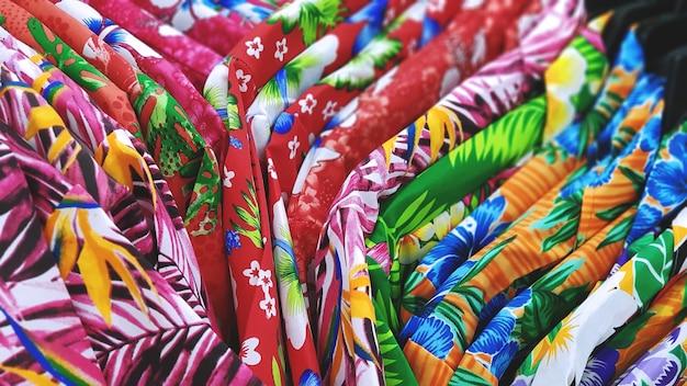 夏の休暇のためのカラフルな花のパターンのシャツ