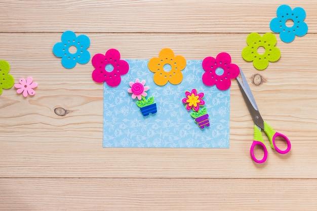 Adesivo fiore colorato sulla carta scrapbook blu