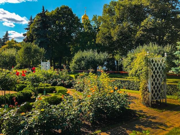 モスクワのクレムリン庭園の色とりどりの花。