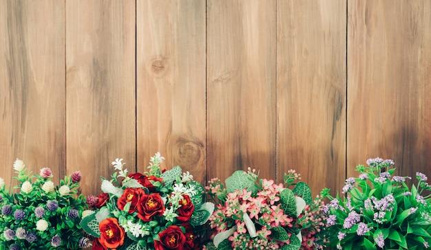 木製のテーブルに色とりどりの花