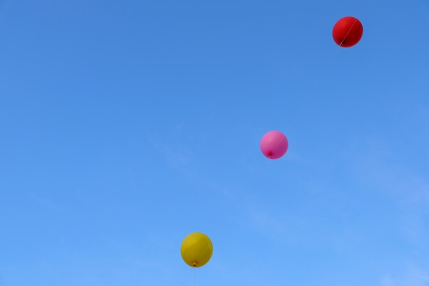 푸른 하늘 가진 화려한 비행 풍선입니다. 자유 개념.