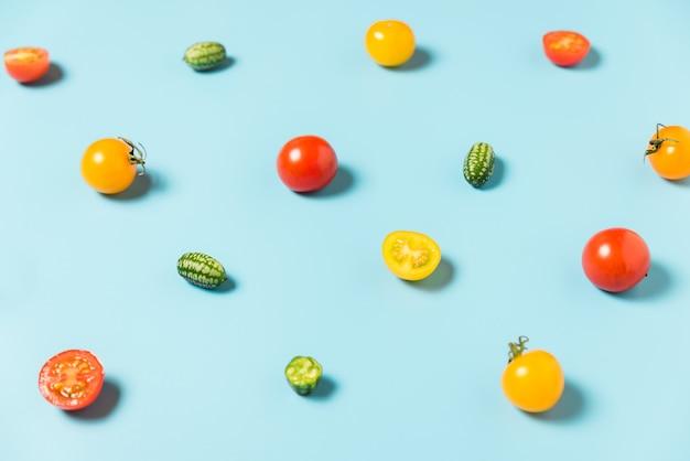 미니 오이와 토마토의 다채로운 음식 패턴