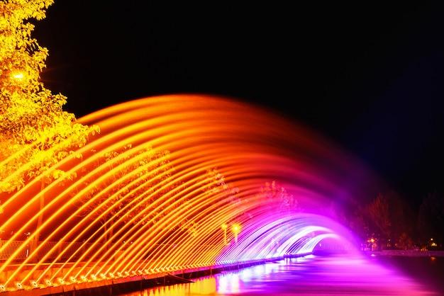 Красочные фонтаны в городском парке в ночное время