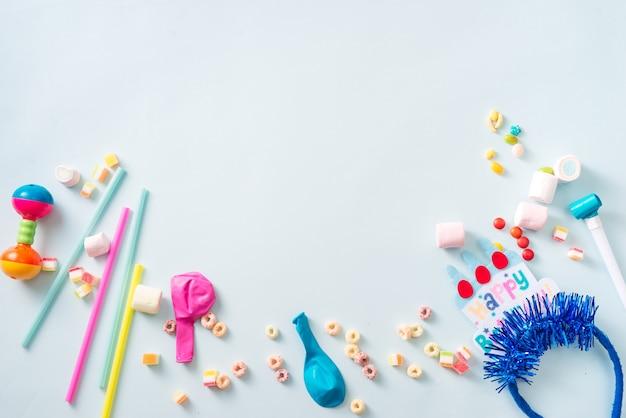 Красочная рамка с элементами партии на синем фоне. концепция с днем рождения