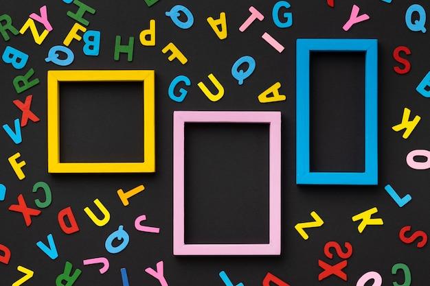 Cornici colorate e disposizione delle lettere
