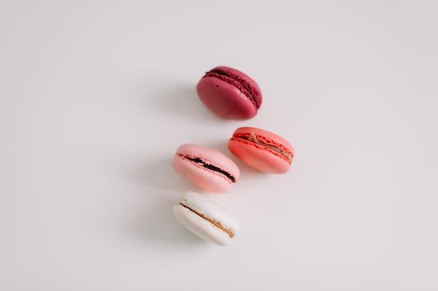 Красочное французское печенье macarons на белой поверхности