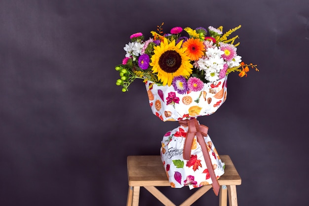 Красочный свежий букет цветов на черном фоне
