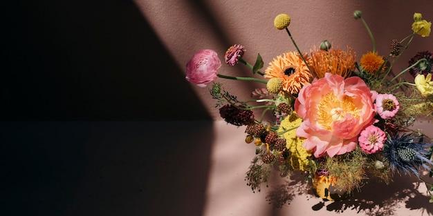 Красочные свежие цветы с розовым фоном