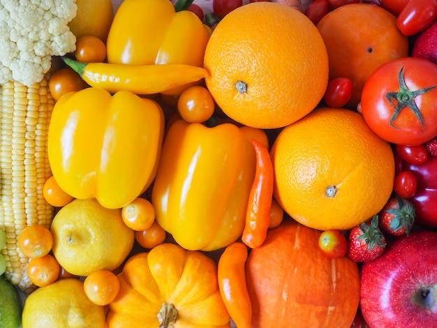 カラフルな新鮮な果物や野菜の背景、健康的な食事の概念。