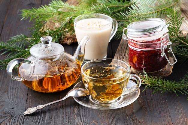 ガラスのティーポットでカラフルな新鮮なハーブ醸造茶