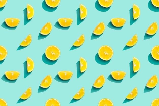 파란색 배경에 신선한 감귤 노란색 레몬에서 다채로운 과일 패턴 여름 음식