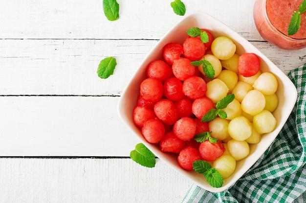 カラフルなフルーツサラダ。スイカとメロンのサラダ。新鮮な夏の食べ物。上面図