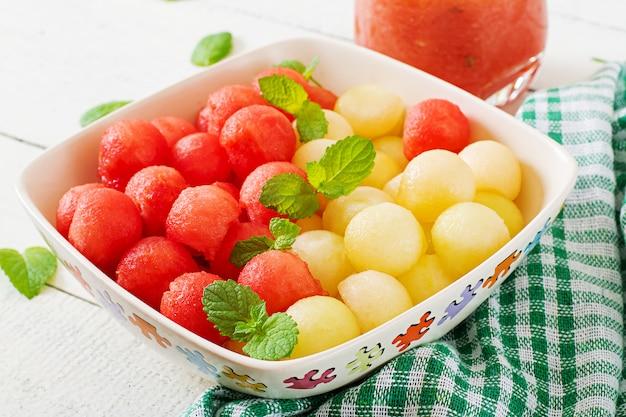 カラフルなフルーツサラダ。スイカとメロンのサラダ。新鮮な夏の食べ物。