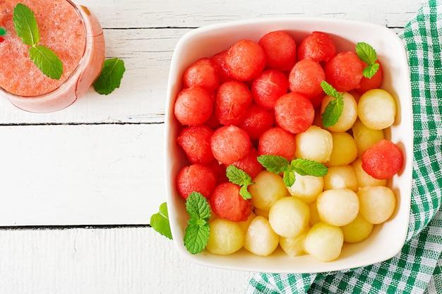 Macedonia di frutta colorata. insalata di anguria e melone. cibo estivo fresco. vista dall'alto
